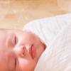 おくるみによって生後間もない赤ちゃんはよく眠る
